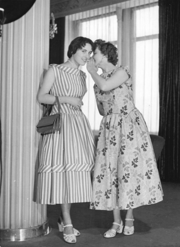 Two women from Dresden compare secrets. Even on everyday dress, Dior's influence is obvious.