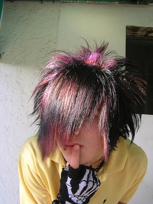 An emo hairstyle. Photo in public domain.